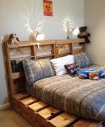 adjustable-pallet-bed-frame-kids-room-idea-plush-toys-bedside-lamp-pillows